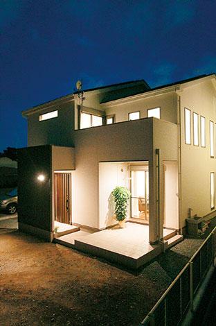 住宅工房 アリアンス【デザイン住宅、省エネ、間取り】外から中の家族団欒が見えないように設計された外観。玄関扉の前に壁を設ける発想も『アリアンス』の得意とするところ。インナーテラスは、楽しみ方が無限大に広がる