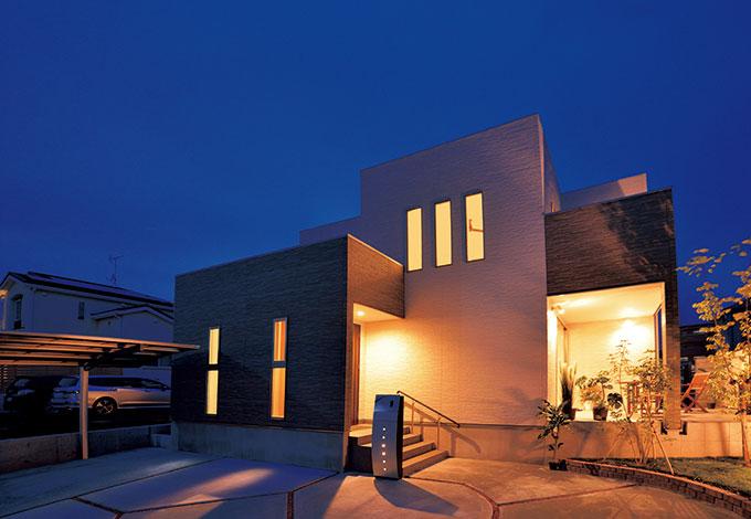 住宅工房 アリアンス【デザイン住宅、自然素材、間取り】エッジの効いた外観は、縦と横のラインをスクエアに揃えた ことで美しいフォルムに
