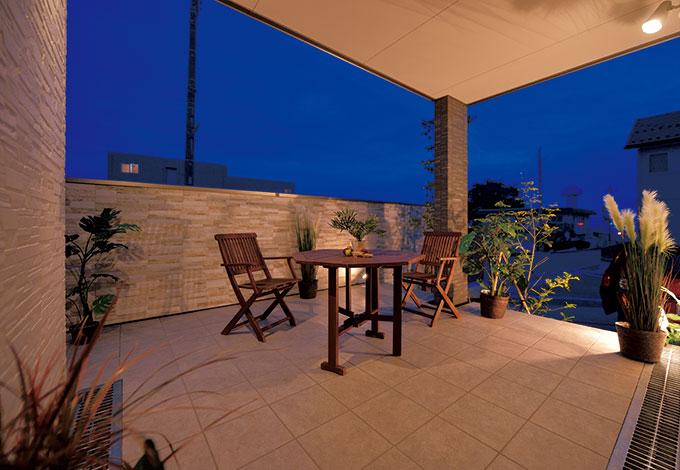 住宅工房 アリアンス【デザイン住宅、自然素材、間取り】家に居ながら毎日リゾート気分を楽しめるテラス席。奥さまは室内からこの空間を眺めるのが大好き。ライトアップもできて、多目的に活用している