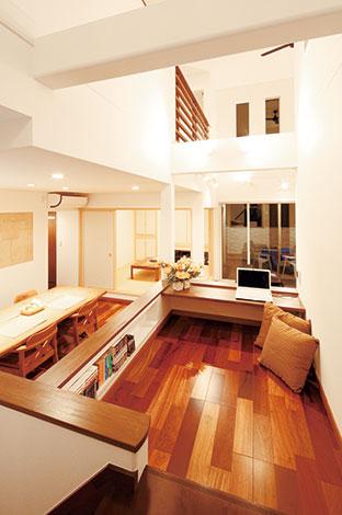 住宅工房 アリアンス【デザイン住宅、自然素材、間取り】家族の視線が集まりやすい場所に設置さ れたキッズコーナー。スキップさせて、キッチンに立つ奥さまと同じ目線になる。下部の収納も十分な容量を備えている