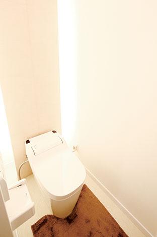 住宅工房 アリアンス【デザイン住宅、自然素材、間取り】「つまらない場所」というイメージを払拭したホテルライクなトイレ。サプライズ的な光の演出でゲストを楽しませる