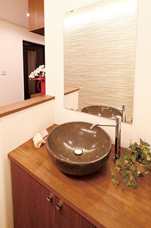 住宅工房 アリアンス【デザイン住宅、自然素材、間取り】玄関ホール内に設けたおしゃれな洗面台。大理石のボウルは、奥さまがネットで見つけたお気に入り