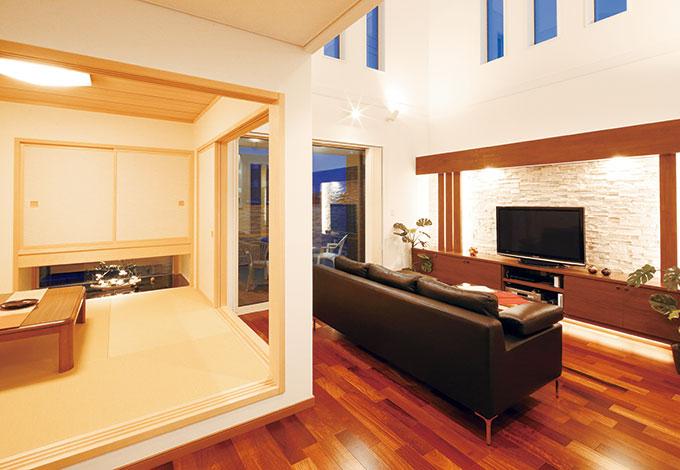 住宅工房 アリアンス【デザイン住宅、自然素材、間取り】LDKとゆるやかにつながった和室。畳に座った時の目線が縦へ、横へと伸 び、開放感を満喫できるように計算されている
