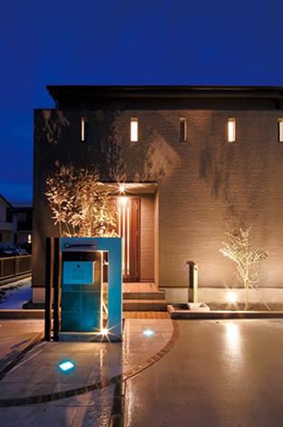 住宅工房 アリアンス【デザイン住宅、子育て、間取り】室内はどうなっているのかしらと、訪れるゲストをワクワクさせる夜のファサード。ライトアップされた外観の景色まで計算し尽くされたデザインはさすが