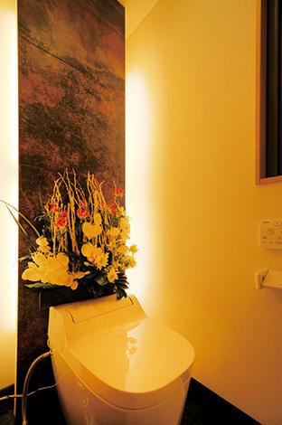 床、壁のしつらえが豪華な1階のトイレ。こんな細かい部分にまで、おも てなしの心を大事にしたデザインが光る