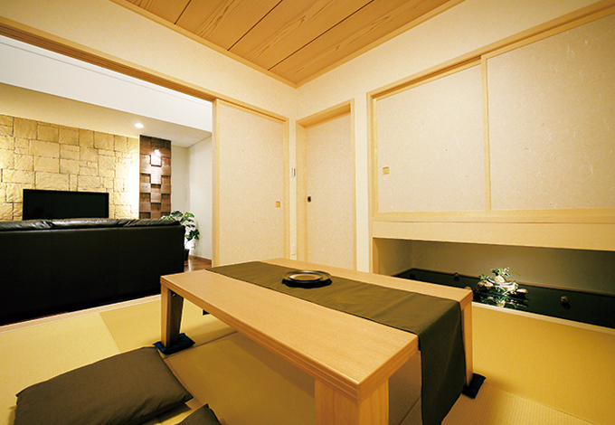 住宅工房 アリアンス【デザイン住宅、子育て、間取り】家の中心に和室を配置する発想も『アリアンス』ならでは。吊押し入れの空いたスペースを利用して、お気に入りの和雑貨を飾る。玄関からも入れるので奥を閉じればゲストの寝室として利用できる