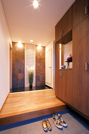 住宅工房 アリアンス【デザイン住宅、子育て、間取り】ドアを開けた瞬間、ときめきと感動を与えるラグジュアリーな玄関ホール
