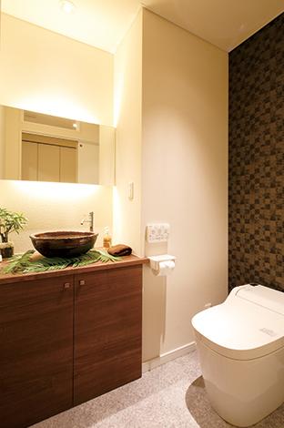 住宅工房 アリアンス【デザイン住宅、子育て、省エネ】高級感があふれる1Fのトイレは造作の洗面を配置