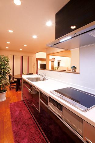 住宅工房 アリアンス【デザイン住宅、子育て、省エネ】料理しながら1 階のすべてを見渡せるキッチン。手元が見えないよう壁を高くしたり、冷蔵庫もリビングから見えない位置に配置。パントリー、脱衣所、浴室へと続くスマートな動線も便利。デザインと実用性を兼ね備えたキッチンは、奥さまのお気に入り。ぐるぐると回遊できる便利な動線は、忙しい子育てママのイライラを解消してくれる