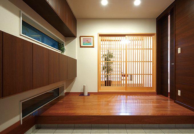 住宅工房 アリアンス【デザイン住宅、子育て、間取り】配色や収納のチョイスなど、奥行き感をだす工夫が盛り込まれた玄関。一見するとムダにも思える玄関と和室の間の踏込が、重要な役割を果たしている