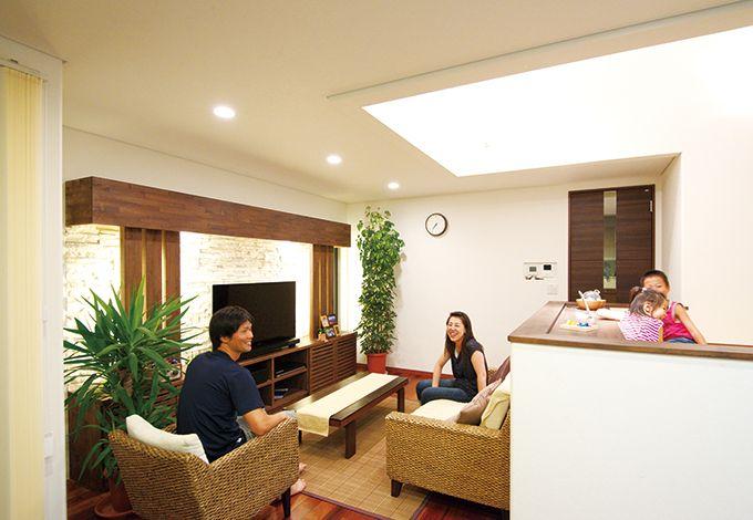 住宅工房 アリアンス【デザイン住宅、子育て、間取り】石貼りのテレビステーションが、団らんに上質なくつろぎを添える。縦へ横へと伸びる開放的な空間が広がるが、穏やかに空間の役割が分けられているので、日々の暮らしに落ち着きが生まれる