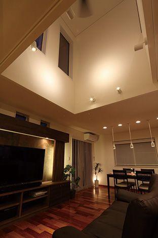 住宅工房 アリアンス【デザイン住宅、間取り、スキップフロア】吹抜を南北に長く取り、部屋の中心から明るくなる様なデザインは開放感と明るい陽射しのどちらも手に入り、2階とも空間のつながりができる、一石二鳥のデザインだ