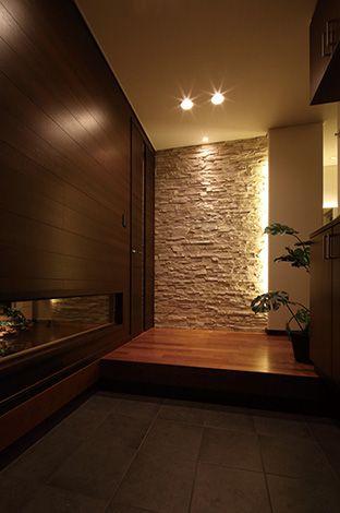 住宅工房 アリアンス【デザイン住宅、間取り、スキップフロア】素材と光のデザインで来客をあっと言わせる玄関。和室の地窓が視線の抜け場所になる