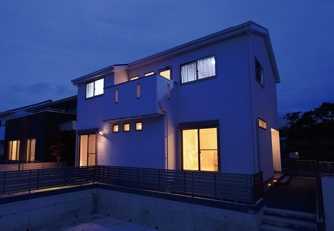 住宅工房 アリアンス【デザイン住宅、間取り、スキップフロア】東側に玄関を設けたことで南面はすべて部屋に。均整の取れたフォルムが美しい
