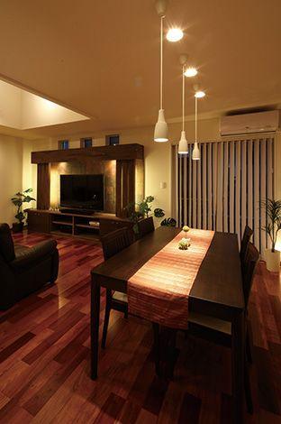 住宅工房 アリアンス【デザイン住宅、間取り、スキップフロア】ダイニングはリビングと同じ空間にありながら、天井の高さを変えることで異なる居場所として演出されている