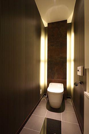 住宅工房 アリアンス【デザイン住宅、間取り、スキップフロア】奥さまが見学会で一番気に入ったのが高級感のあるトイレだそう。その雰囲気を自宅でもそのまま表現できた