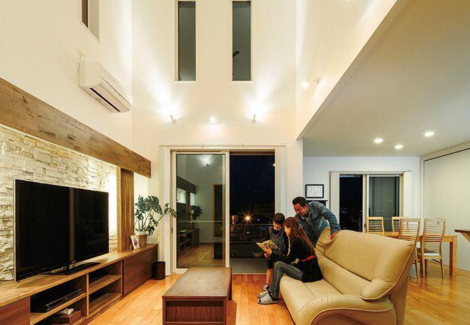 住宅工房 アリアンス【デザイン住宅、高級住宅、間取り】家に居ながらリゾートライフを楽しめるリビング。南と東の高窓とアバンギャルドなテレビステーションがご夫妻のお気に入り