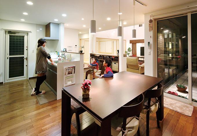 住宅工房 アリアンス【デザイン住宅、子育て、省エネ】子どもは男の子が 2 人。大きくなっても 広々使えるようにダ イニングは広めに。 キッチンもスペース に余裕を持たせた