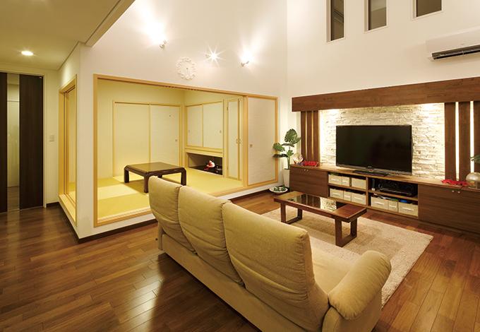 住宅工房 アリアンス【デザイン住宅、子育て、省エネ】ふすまを開けると視線の先が和室の奥まで届く。異なる居住スペースを確保しつつ、 空間を広く見せる技ありの設計だ