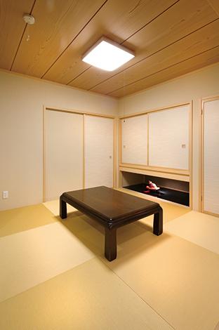 住宅工房 アリアンス【デザイン住宅、子育て、省エネ】玄関から直接出入りできる和室。吊り押 し入れ下のディスプレイスペースまで視線 が伸び、奥行きを感じさせてくれる