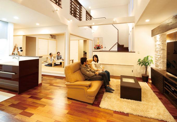 住宅工房 アリアンス【デザイン住宅、二世帯住宅、高級住宅】タテにヨコに視線が伸びる吹き抜けのリビングは、60インチのテレビが大きく見えないほどの開放感