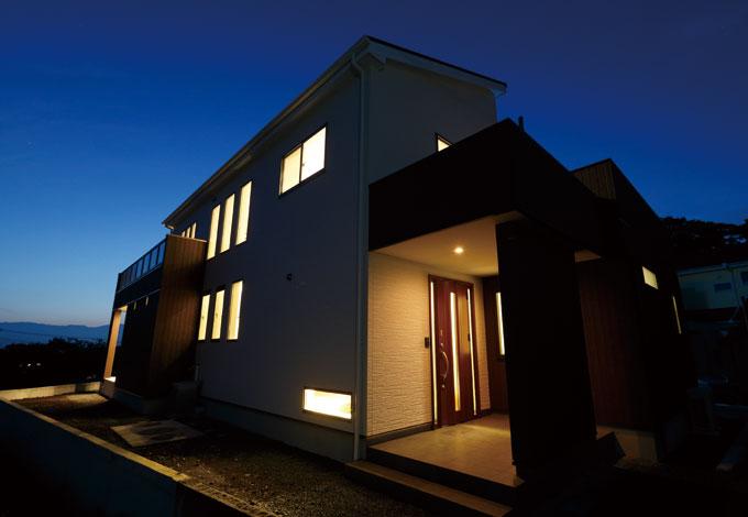 住宅工房 アリアンス【デザイン住宅、二世帯住宅、高級住宅】静かな高台に幻想的に浮かび上がる外観。主張し過ぎないフォルムが抜群のセンスをうかがわせる
