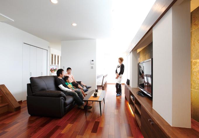 住宅工房 アリアンス【デザイン住宅、趣味、省エネ】室内には上質なくつろぎが満ちている。玄関から視線がぶつかる壁まで約12m。直線的な距離感と、計算されたカラーコーディネートが実際以上の広さを生む