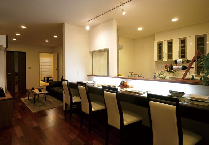 住宅工房 アリアンス【デザイン住宅、趣味、省エネ】オリジナルのカウンターはまるでレストランのよう。毎日の食事を楽しくしてくれる。顔をあわせて食事を取りたいときは、ママルームがダイニングに