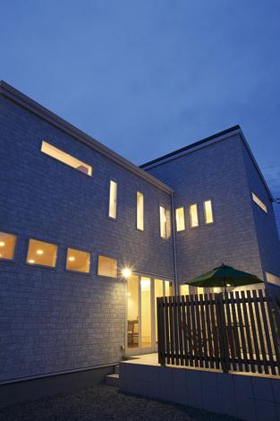 住宅工房 アリアンス【デザイン住宅、趣味、省エネ】外観は時間や角度で表情を変える。夜はやさしい光が家族をお出迎え。開口部が制限されているため夜でも外からの視線が気にならず、リラックスして過ごすことができる