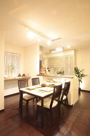 住宅工房 アリアンス【デザイン住宅、省エネ、間取り】ダイニング。奥様がキッチンにいても料理をしながら部屋中を見渡せる