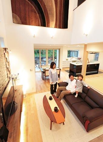 住宅工房 アリアンス【デザイン住宅、高級住宅、間取り】開放的な空間でありながら、無垢のメープルと珪藻土によるあたたかみが、家族の時間をやさしく包む。落ち着きある色彩や計算された照明もアリアンスならでは