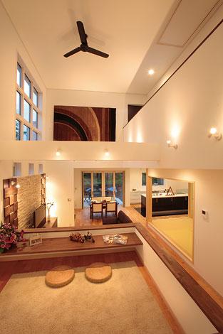 住宅工房 アリアンス【デザイン住宅、高級住宅、間取り】キッズスペースで遊ぶお子さんの声と気配は、和室やキッチンはもちろん、2階にも。大きくなってから は、家族のつながりを育む場所として機能する。下部は収納として活用