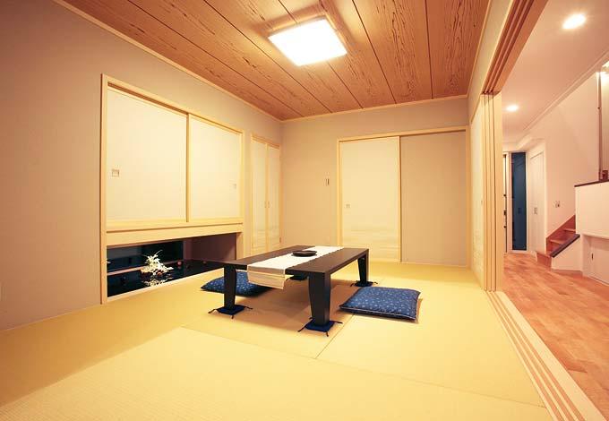 座ると吊り押し入れの下に視線が伸び、広さを感じさせる。玄関からの入口も設けられ、客間としても機能する