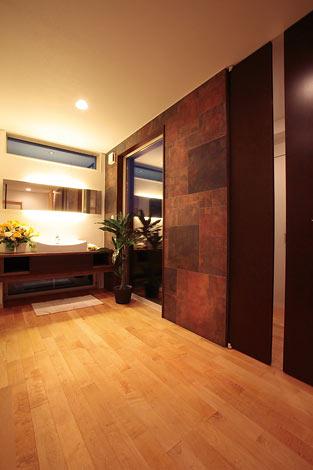 住宅工房 アリアンス【デザイン住宅、高級住宅、間取り】玄関左手に、来客の使用を想定した洗面を用意。ホテルやレストランのような雰囲気で、お友だちにも好評だ