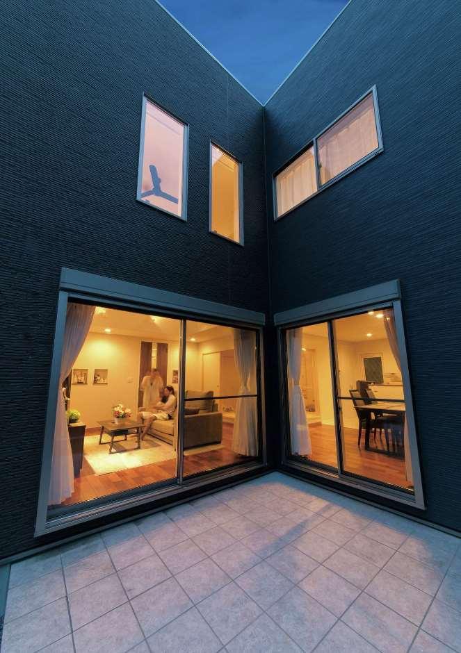 BBQやカフェタイムを満喫できるタイルデッキ。大きな窓にほんのり浮かび上がる照明にも癒される