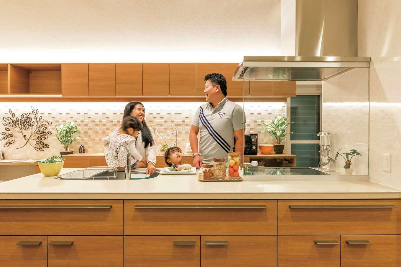 大人が数人入っても窮屈に感じないオープンキッチン。熱やキズに強いセラミックトップを採用し、お手入れもラクラク。休日はご主人がパスタを作って奥さまのお手伝い