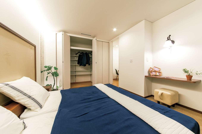 パウダーコーナーと大容量のクローゼットを備えたホテルライクな主寝室