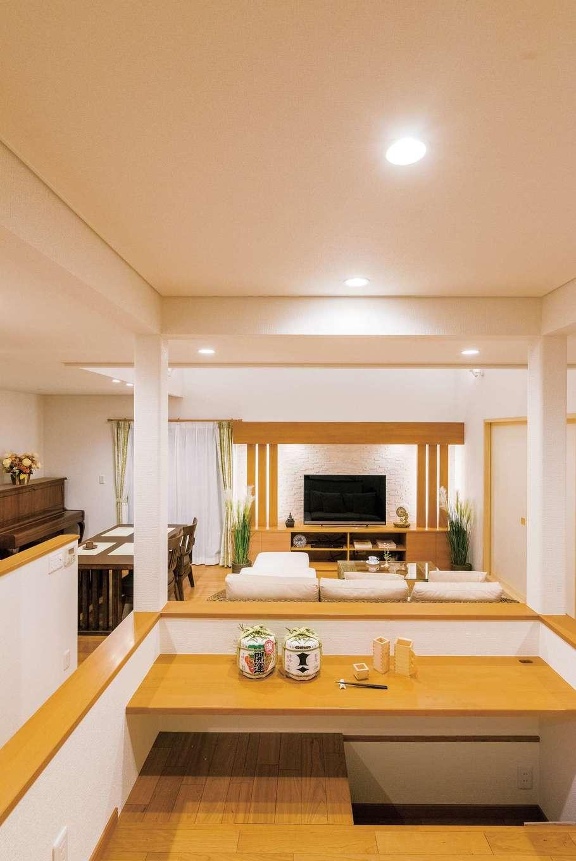 住宅工房 アリアンス【デザイン住宅、省エネ、高級住宅】スキップフロアは、ご主人専用のバーカウンター。掘り炬燵式のコンパクトな空間で日本酒を呑みながら、ちょうど目と同じ高さにあるテレビを観るのが楽しみ