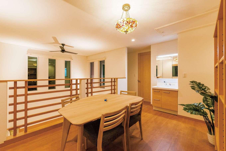 住宅工房 アリアンス【デザイン住宅、省エネ、高級住宅】吹抜けに面した2階のフリースペース。ご主人の要望により、富士山の美しい眺望を楽しむことができる位置にFIXの窓を設置。まるで刻々と変化する富士山の写真をみているようだ。大容量の書棚は造作。家族で読書やコーヒータイムを楽しむファミリーライブラリーにもなっている。ステンドグラスのシャンデリアは奥さまのお気に入りで、空間に華やぎを与えてくれる