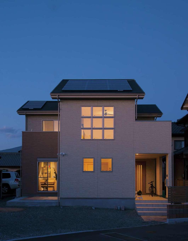 9連の特注サッシから美しい灯りがこぼれる外観。『アリアンス』は、方位・方角、太陽高度、近隣の状況などを綿密に計算して建物を配置することにより、家中どこにいても光と風を感じ、自然と一体化した心地よい空間を実現する