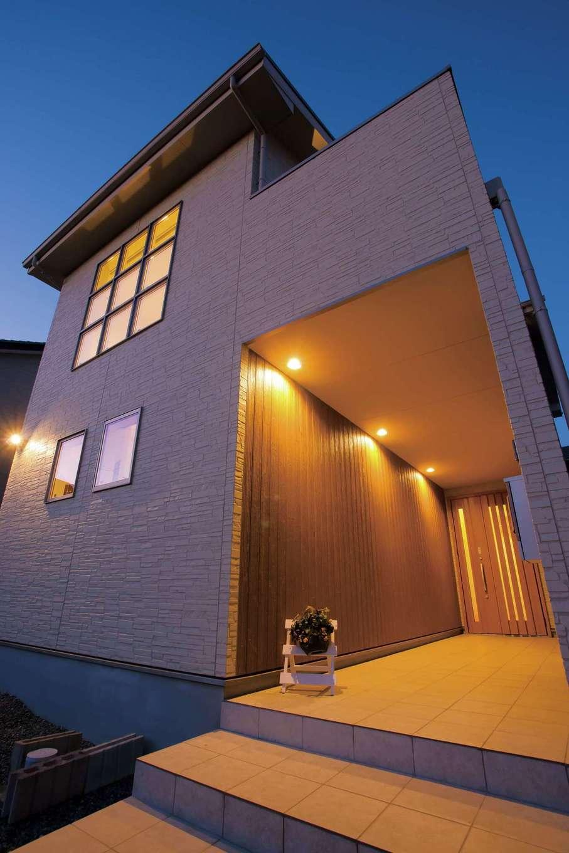 屋根付きの長いポーチは雨に濡れないので便利。玄関までの距離がこれだけあると、仕事モードから家庭モードへと気持ちのリセットも容易にできそう
