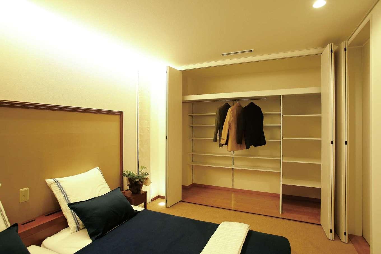 頭と足元に間接照明を採用したやすらぎの主寝室。奥行きの深いウォークインクローゼット(標準)、パウダーコーナー、書斎も完備