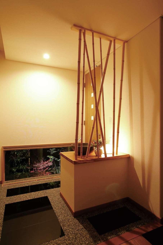 趣のある旅館をイメージした洗面化粧台でゲストをおもてなし。竹の陰影と地窓越しの坪庭のコントラストが情緒を演出
