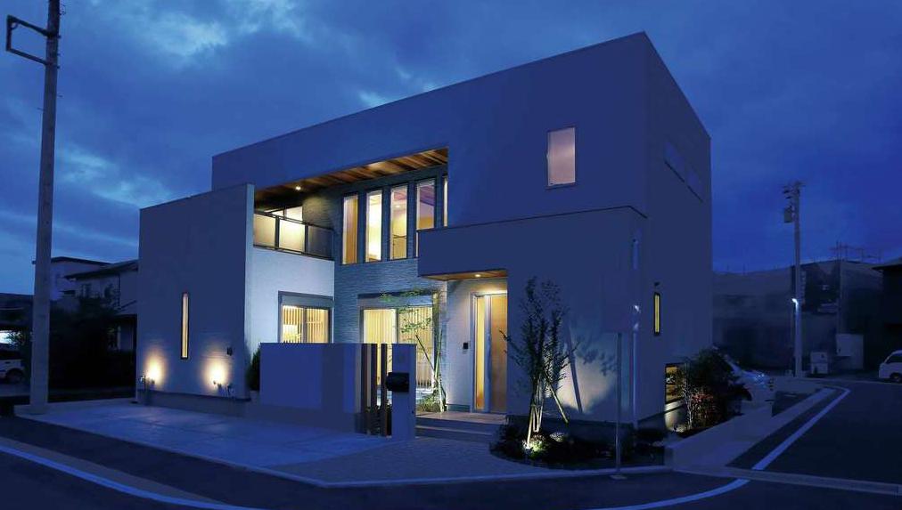 3社合同の分譲地「ふもとタウン」で公開中のモデルハウス。シンプルな中にも気品が漂う、『アリアンス』らしい独創的な外観