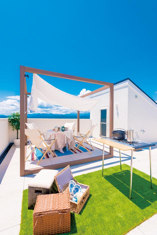 IDK 住まいの発見館【1000万円台、デザイン住宅、子育て】晴れた日は富士山を眺められる23.5 畳の屋上庭園。夜には市街地の夜景を見渡せる。人目を気にすることなく、家族や友達と気兼ねなく過ごせるのがうれしい