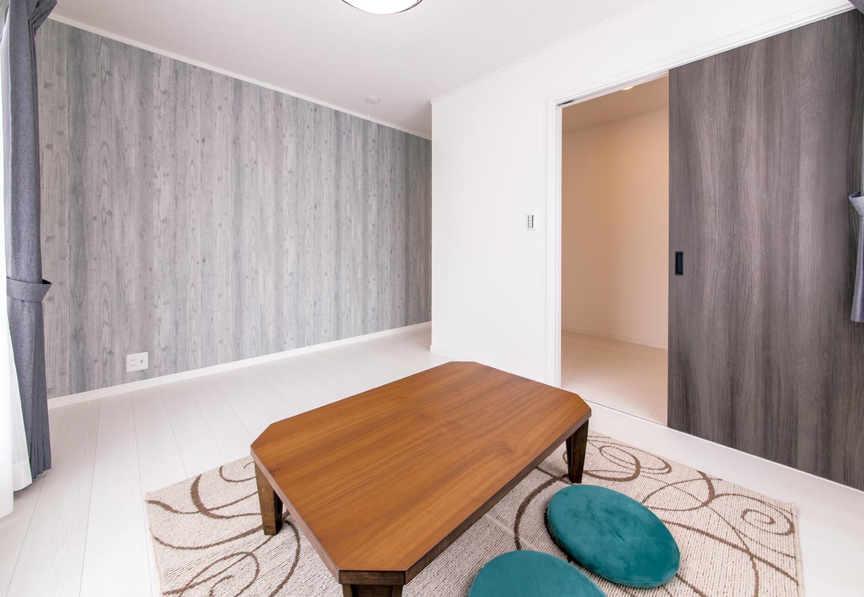 IDK 住まいの発見館【1000万円台、デザイン住宅、子育て】3畳のウォークインクローゼットを備えた寝室。壁と建具の色ムラ感でアンティークな雰囲気を演出