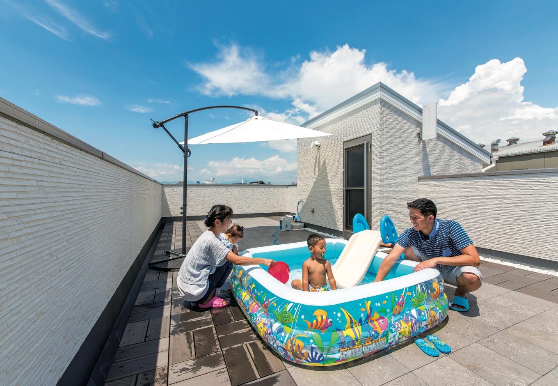 夏はプール遊びが長男のお気に入り。移動式のパラソルを利用するなど家具等は置かず、広々空間を自由に使う