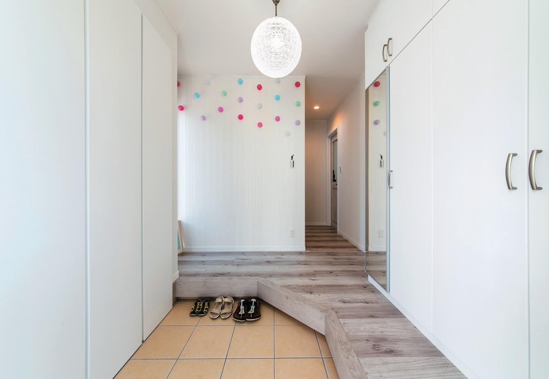IDK 住まいの発見館【1000万円台、子育て、屋上バルコニー】子どもがどこからでも上がれるよう工夫した玄関。左右に収納もたっぷり
