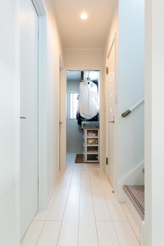 夫婦のウォークインクローゼットは、あえて寝室から独立させ2階のホールから出入り
