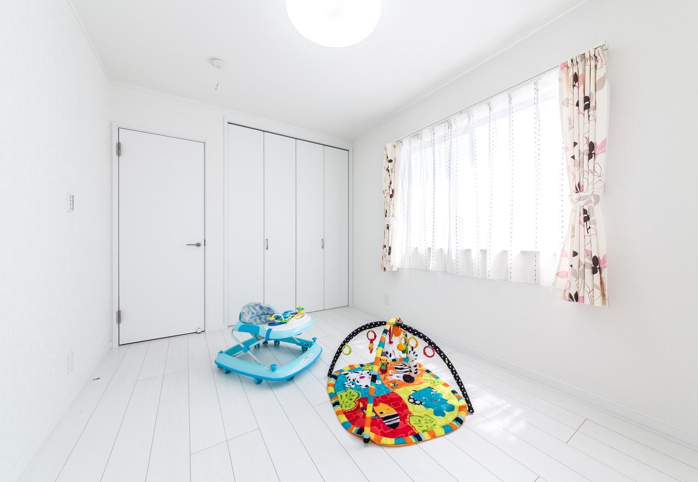子ども部屋は、床も白いフローリングをチョイスして、明るい雰囲気に。ファブリックでインテリアのポイント使いが楽しめる